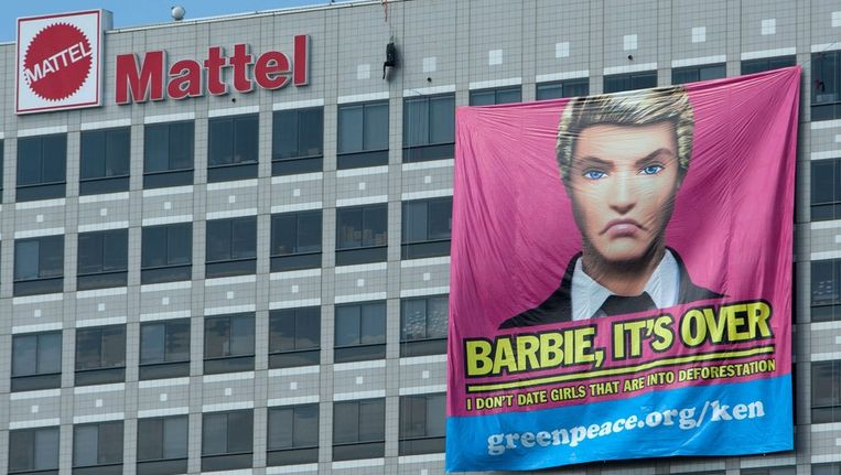 Gisteren bevestigden actievoerders van Greenpeace een spandoek aan het gebouw van Mattel in Los Angeles. Beeld null