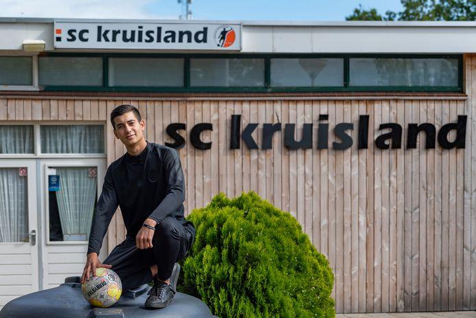 Quinten Rijshouwer, 17 jaar, is jong en woont in Kruisland. Op de foto bij zijn voetbalclub.
