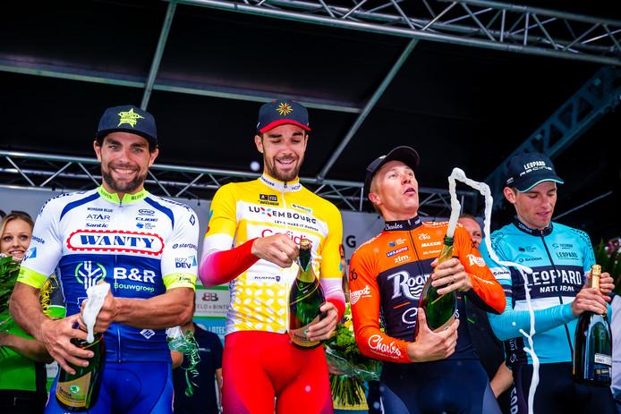 Maurits Lammertink (tweede van rechts) spuit met de champagne na zijn tweede plaats in Luxemburg.