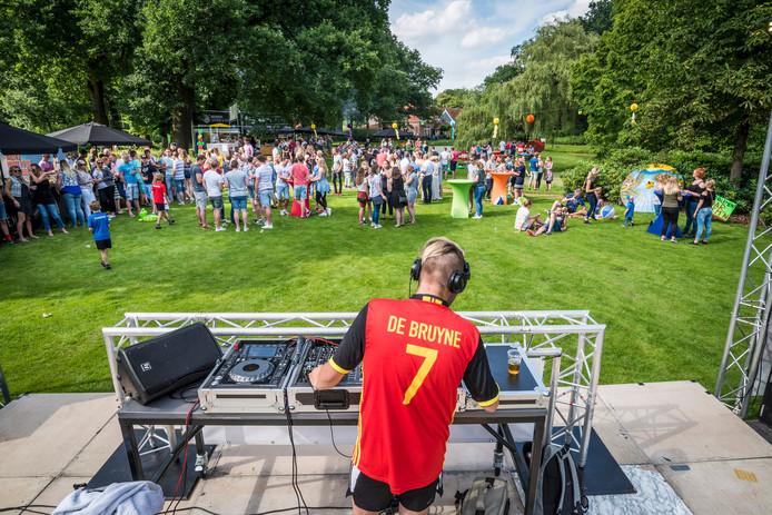 De Borculose deejay Mike Gerritsen in actie op het Zonnestraalfestival.