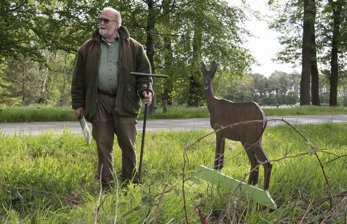 Gerrit Velten van de WBE West-Twente staat hier bij één van de drie dierensilhouetten, die medio mei langs de Klokkendijk zijn geplaatst. Alle borden zijn onlangs door onbekende vandalen vernield.