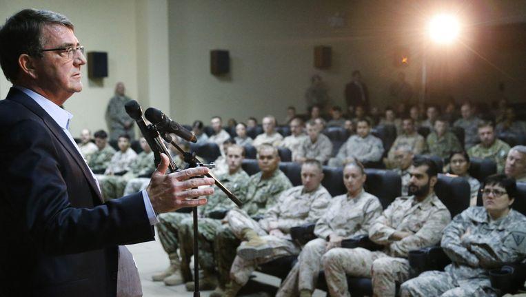 De nieuwe Amerikaanse minister van Defensie Carter spreekt militairen in Koeweit toe.