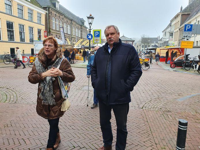 NVAH-secretaris Martie Bleeker en wethouder Albert Holtland op de Nieuwe Markt/Gasthuisstraat.