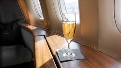 Agressieve passagier wil meer champagne: vliegtuig maakt noodlanding