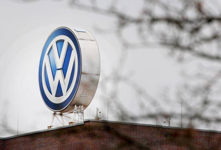 Het merklogo van Volkswagen op een fabriekshal in thuisbasis Wolfsburg.  Beeld EPA