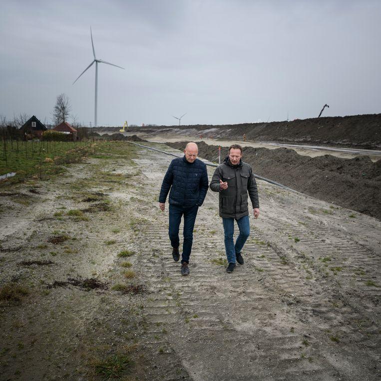 Ate Wijnstra (links) van het waterschap Noorderzijlvest en Matthijs Buurman van de provincie Groningen.  Beeld Kees van de Veen