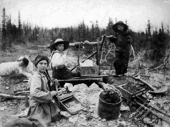 Kinderen aan het werk in een goudmijn. De foto dateert uit 1898.