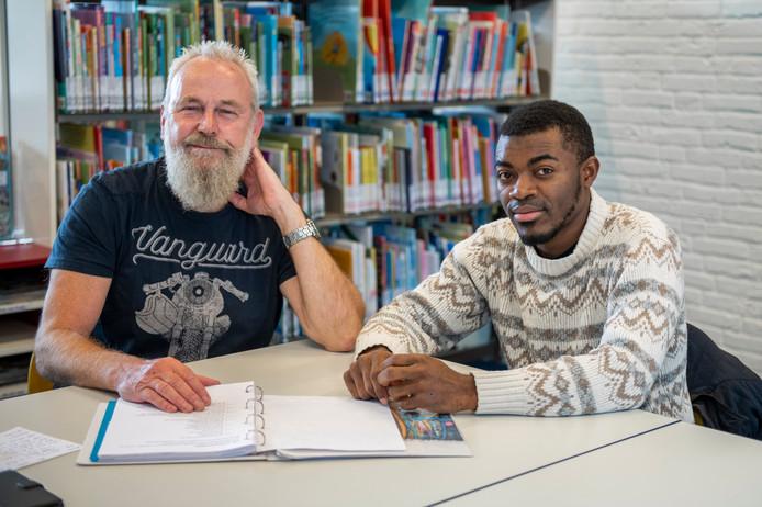 Gerrit Braakman (links) helpt Jerome Kitangilwa om Nederlands te leren. FOTO: © Boaz Timmermans