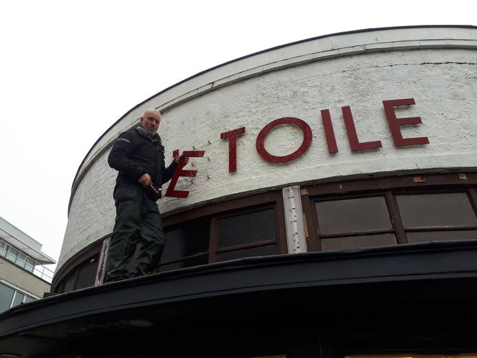 De letters van L'Etoile worden van de gevel gehaald.