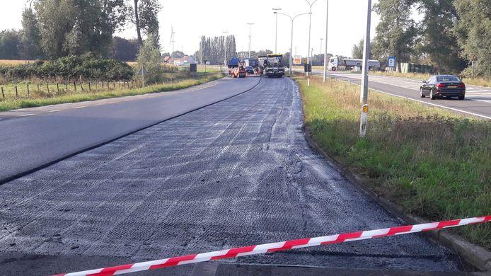 De weg bij Zelzate waar plakkerig spul uit een vrachtwagen was gelekt, wordt voorzien van nieuw asfalt.