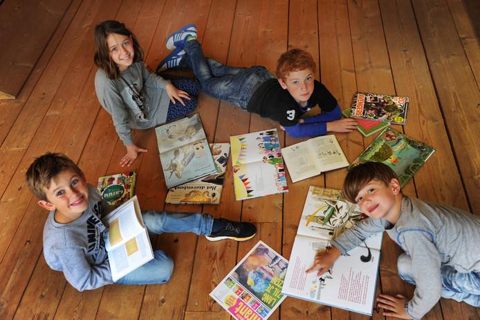 Kinderen die blijven lezen tijdens de lange zomervakantie verbeteren makkelijker hun leesniveau.