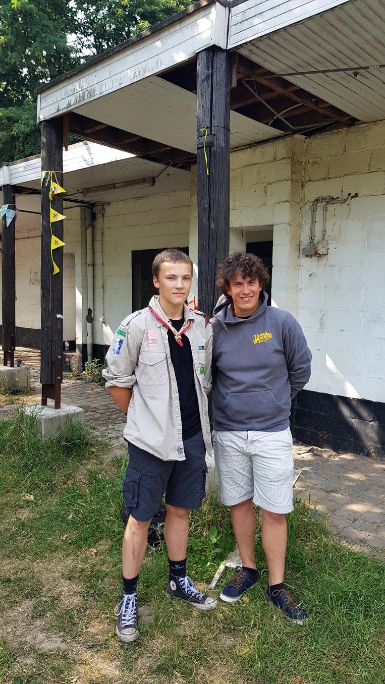 Rob Van den Heuvel (Scouts) en Jeroen Van Hinderdael (JAanimo) aan de afgeleefde Scoutslokalen.