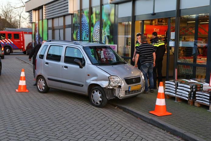 De auto kwam nadat het de gevel had geraakt tot stilstand bij een andere winkel.