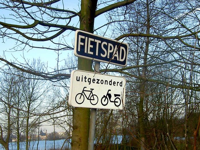 Deze borden staan op het Prinsenmolenpad te Rotterdam-Hillegersberg. Een zeer duidelijk voorbeeld van wildgroei van verkeersborden
