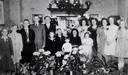 Een van de vele kamers van het huis van Ans Feitz-van Gastel staat vol met bloemen tijdens een familiefeest.