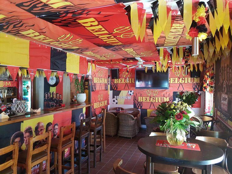 Ook de binnenkant van het café kleurt zwart, geel en rood.