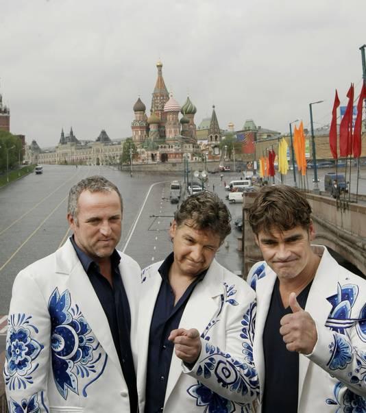 In hun Songfestivalpakken in Moskou.