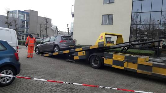 De auto van de verdachte mannen wordt weggesleept.
