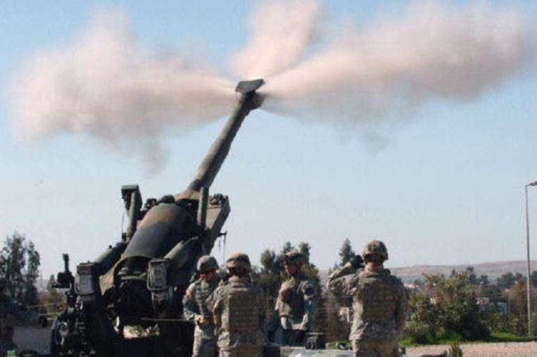 Amerikaanse soldaten oefenen in 2006 in Irak met de M198. IS zou nu 50 van deze howitzers in handen hebben. Beeld U.S Army