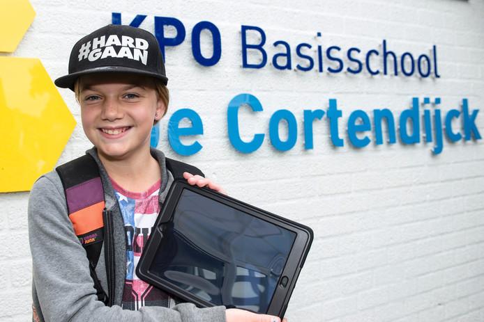 Basisschool Cortendijck: Zara Ineveld (groep 8) met de 1e IPad.