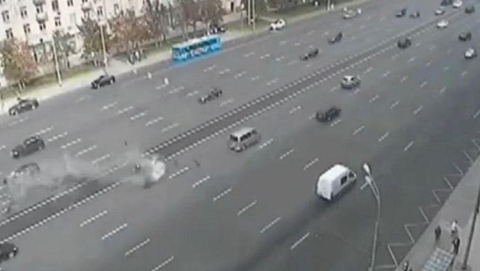 Comme on peut le voir sur les images tirées d'une caméra de surveillance, une Mercedes et une BMW (celle de Vladimir Poutine) se sont télescopés à pleine vitesse au niveau du terre plein central.
