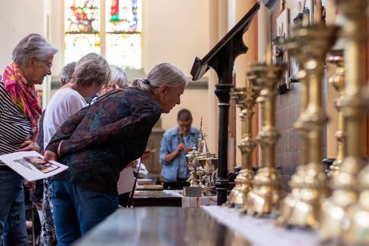 Bezoekers bekijken de eigendommen van de Sint-Victorkerk in Batenburg.