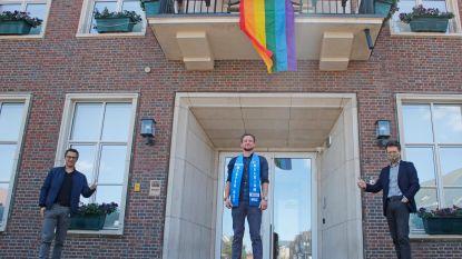 Finalist Mister Gay Belgium Glen Mandos ontvouwt regenboogvlag in thuisgemeente Pelt