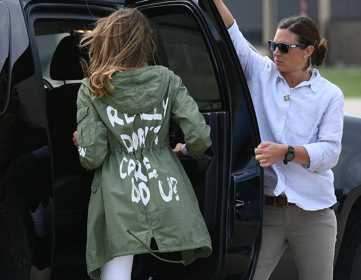 Melania Trump vertrekt na haar verrassingsbezoek aan een opvangcentrum waar migrantenkinderen zitten.