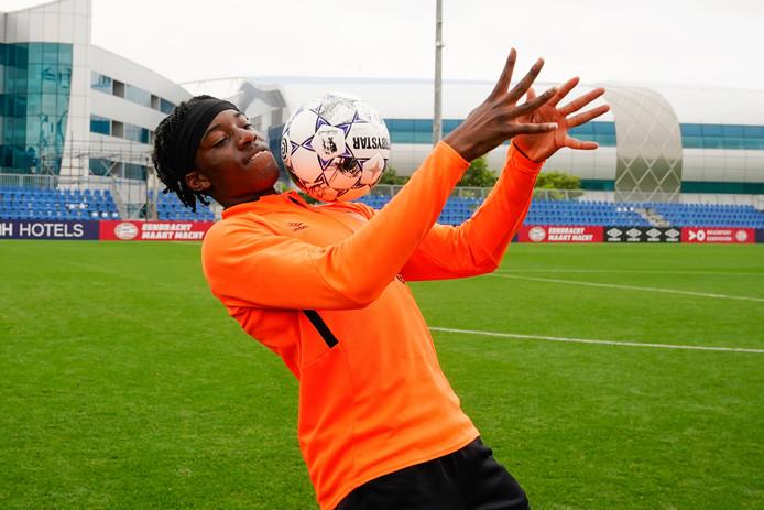 Noni Madueke speelt met de bal tijdens het trainingskamp van PSV in Qatar.
