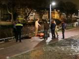 Voorbijgangers redden fietsster uit water Delft