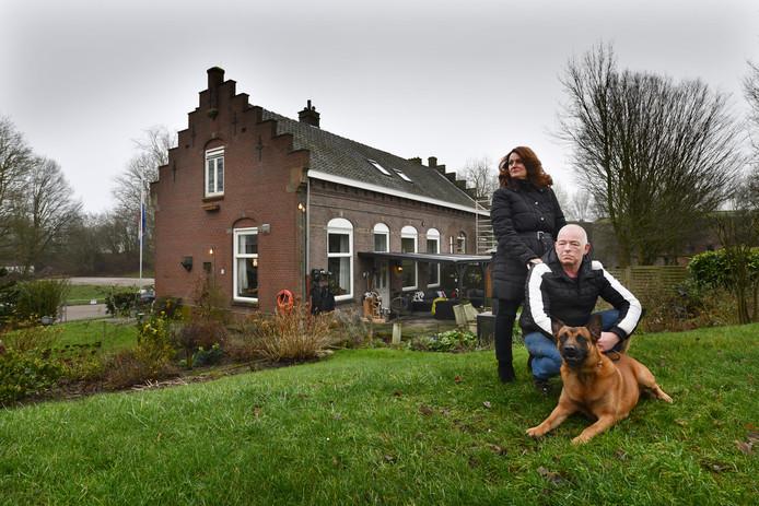 Yolanda en Jan Goedhardt, met herder Mike, bij hun woning op het terrein van Fort Honswijk in Schalkwijk.