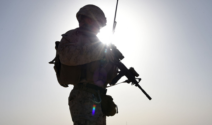 Een Amerikaanse soldaat houdt de wacht bij het kamp Shorab in de provincie Helmand.