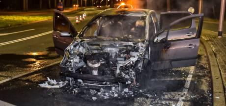 Bestuurder staat nét voor Tilburgs stoplicht stil als auto spontaan in brand vliegt