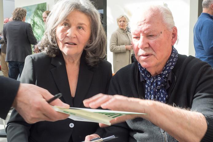 Helga Hofman (links) en Armando bij de opening van zijn laatste expositie in Alphen in april 2017.