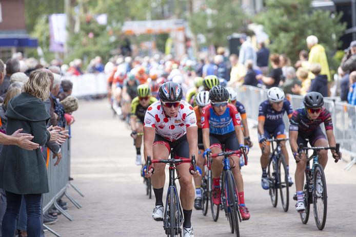 Kirsten Wild passeert in haar bollentrui de passage in hartje Nijverdal tijdens de derde etappe van de Boels Ladies Tour.
