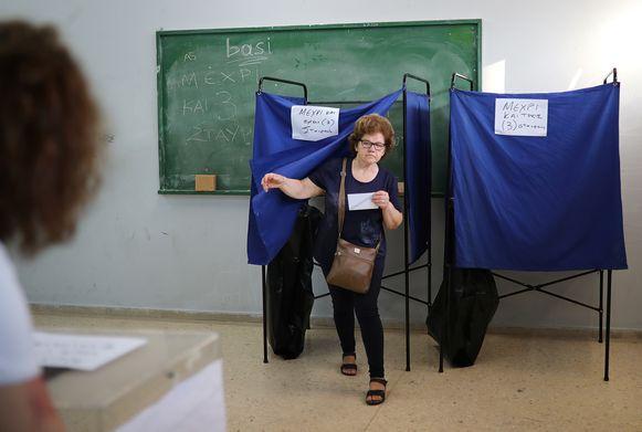 Een vrouw stemt in Athene.