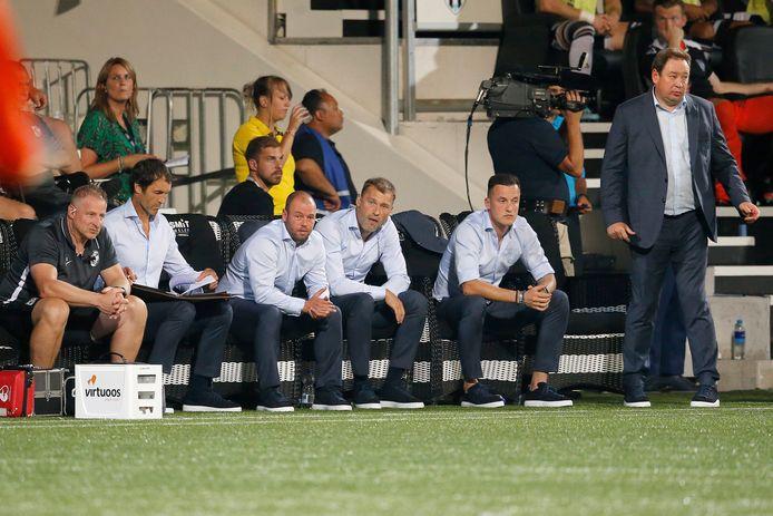 De bankl van Vitesse. Met links fysiotherapeut Jos Kortekaas. Daarnaast keeperstrainer Raimond van der Gouw en dan Nicky Hofs, Aleksei Berezoetski en Oleg Yarovinskiy. Leonid Slutskiy staat te coachen.
