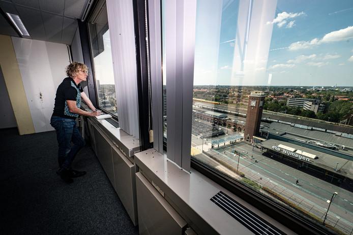 Marcel Rözer neemt voor de laatste keer een kijkje in kantoorgebouw Metterswane aan het Stationsplein in Nijmegen.
