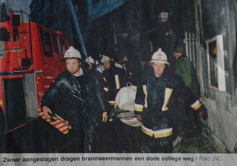 De zware brand in Leuven waarbij twee brandweermannen om het leven kwamen. Dirk Vranken (hier links op de foto bij het naar buiten dragen van zijn vriend Dany Vanderwegen).
