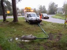 Automobilist ramt lantaarnpaal en slaat op de vlucht in Baarn