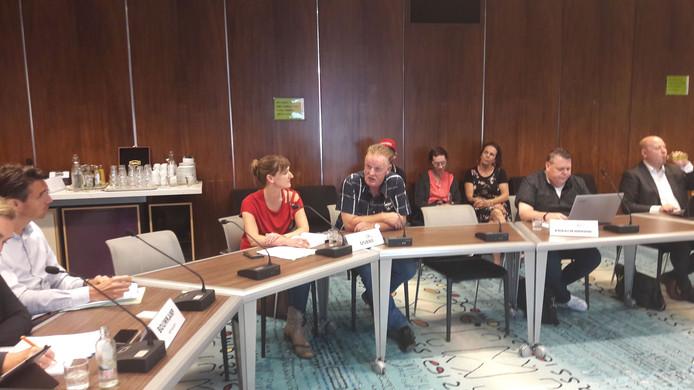 Frans Beumkes spreekt Arnhemse raadsleden toe over de overlast van de verbouwing bij de Boulevard Heuvelink in Arnhem.