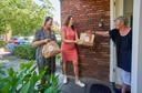 Ladies Circle Dames brengen High Tea tasjes naar ouderen. Op de foto Pleun Ketelaars (links) en Liset Kobus op de Ketelven in Veghel.