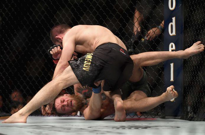 Khabib Nurmagomedov werkte McGregor meerdere keren naar de grond.
