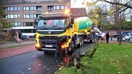 Fietser belandt onder wiel van vrachtwagen met betonmixer