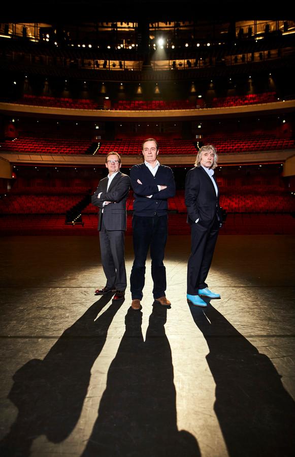 Professor Casper van Eijck en Johan Derksen in het Nieuwe Luxor met de directeur van het theater, Marc van Kaam, voorafgaand aan het benefietconcert voor Support Casper in 2016.