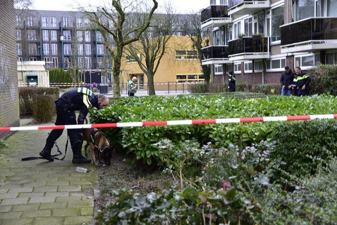 De politie doet onderzoek in de omgeving van de school.