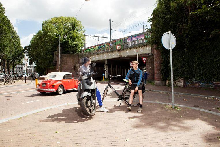 De spoortunnel, aan het begin van de straat, vormde meer dan honderd jaar een barrière tussen de Spaarndammerbuurt en de rest van de stad. Eetcafé Walvis heeft die barrière voor een belangrijk deel geslecht Beeld Niels Blekemolen
