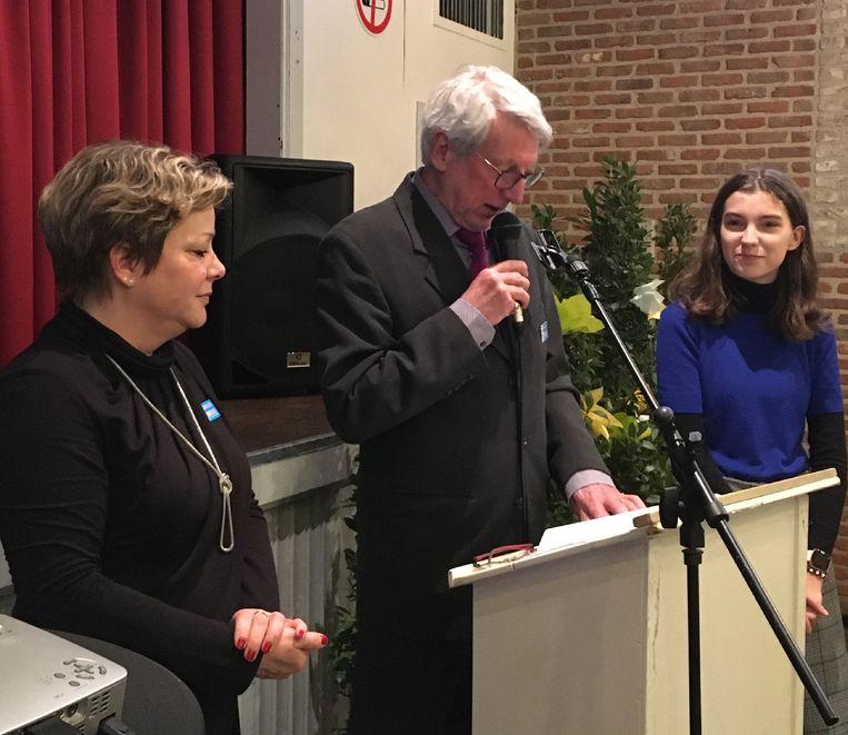 Op de nieuwjaarsreceptie stelde h-EERLIJK ZOERSEL zijn twee telramen voor. Midden: voorzitter Jos Vekemans.