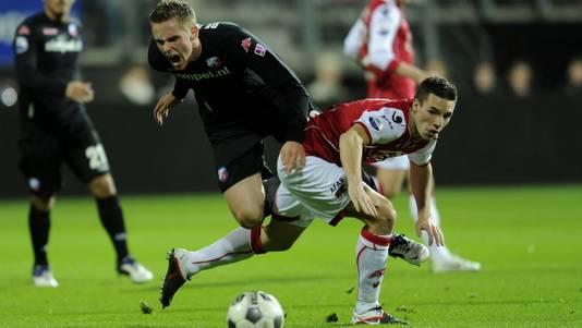 Nick Viergever (r) roept FC Utrecht-spits Leon de Kogel een halt toe. ©PRO SHOTS
