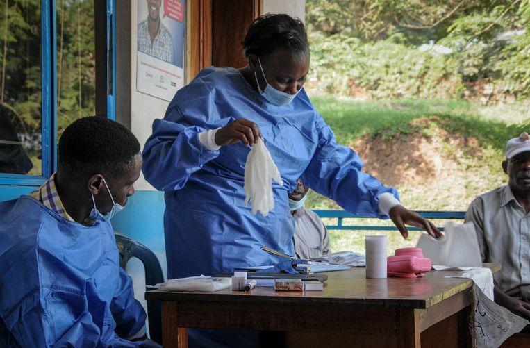 Gezondheidsmedewerkers in Kagando, een dorp in het westen van Oeganda, maken zich klaar om de bevolking te vaccineren tegen ebola.